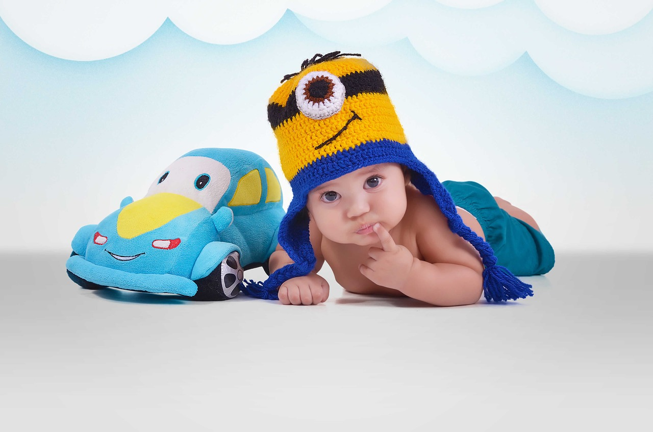 車のおもちゃと赤ちゃん