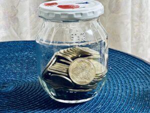 ガラス瓶に入った500円玉