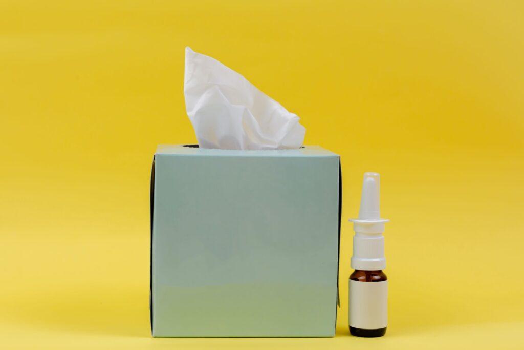 花粉症用の鼻炎薬とティッシュ