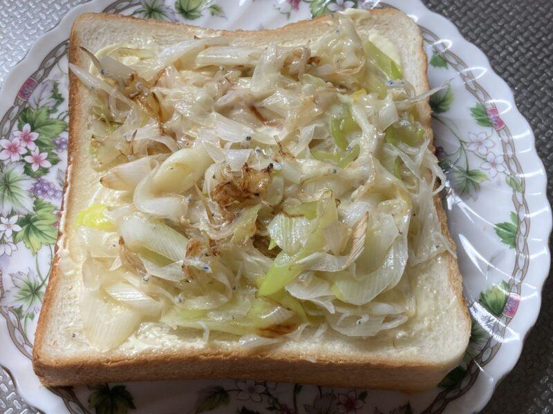 食パンに炒めた白ネギを載せたところ