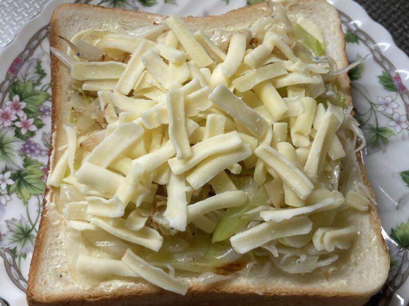 食パンにピザ用チーズを載せたところ