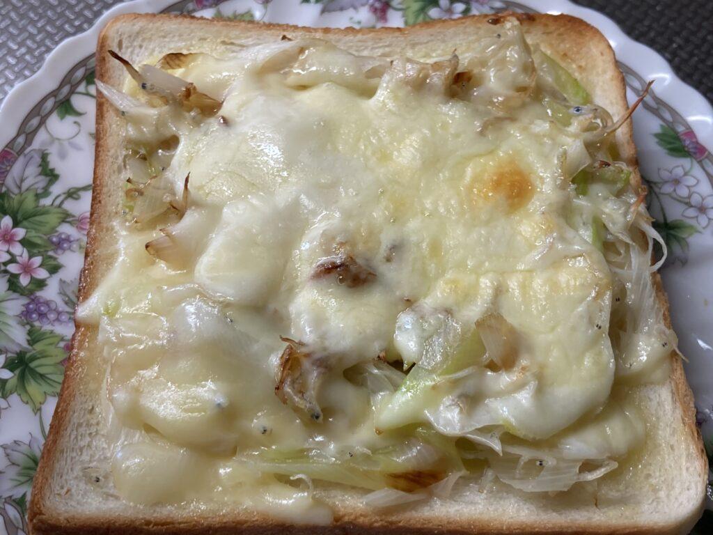 出来上がった「白ネギじゃこチーズトースト」