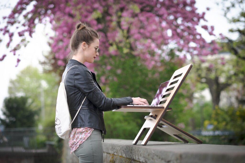立ってパソコン仕事をする女性