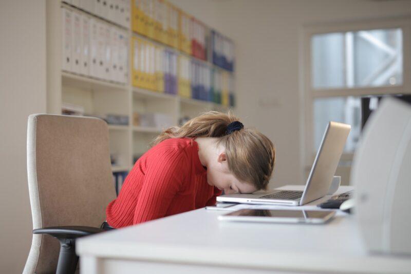 座り仕事に疲れた女性